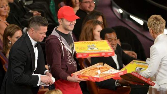 Brad Pitt (i) o Ellen DeGeneres, con el repartidor de pizza en los Oscar.