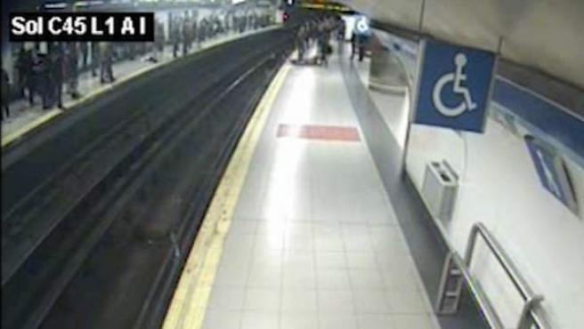 Un agente de la Policía Nacional fuera de servicio auxilió este domingo a un hombre que había caído a las vías del suburbano madrileño en la estación de Sol.