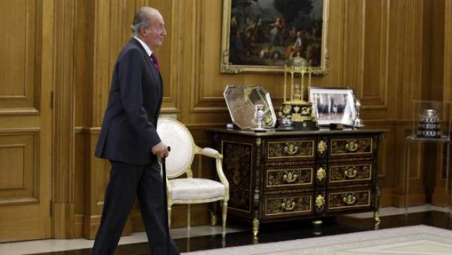 El rey Juan Carlos a su llegada a la audiencia con el ministro de Asuntos Exteriores de Rusia, Serguéi Lavrov, en el Palacio de la Zarzuela.