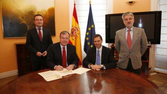Antonio Silván (segundo por la izquierda) firma el convenio con el Ministerio