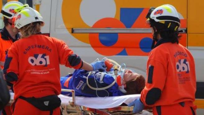 Profesionales del 061 durante un emergencia