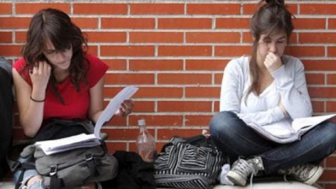 Varias estudiantes en los alrededores de la Universidad Autónoma de Madrid.