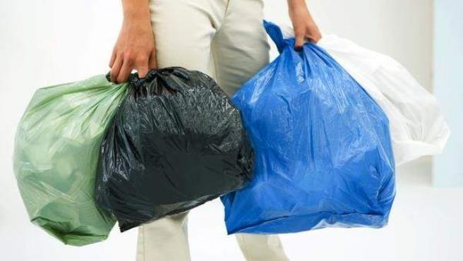 Bolsas de basura y reciclaje del hogar.