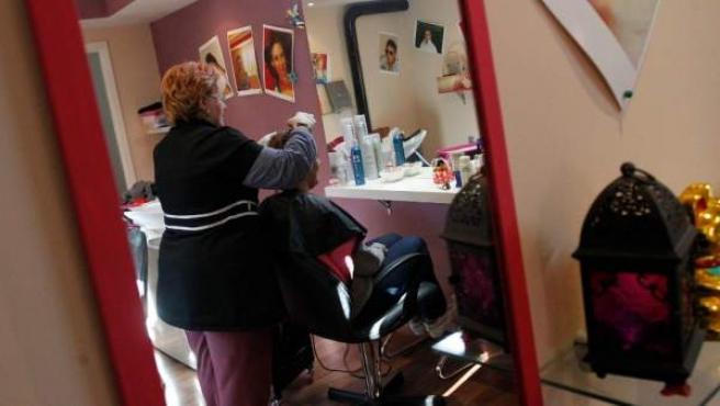 C. tiene la peluquería en su casa. Los gastos de legalizar el negocio superan los ingresos.