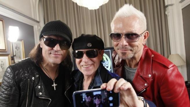 Los miembros de Scorpions Matthias Jabs, Klaus Meine y Rudolf Schenker (de izquierda a derecha) hacen un 'selfie' para 20minutos.