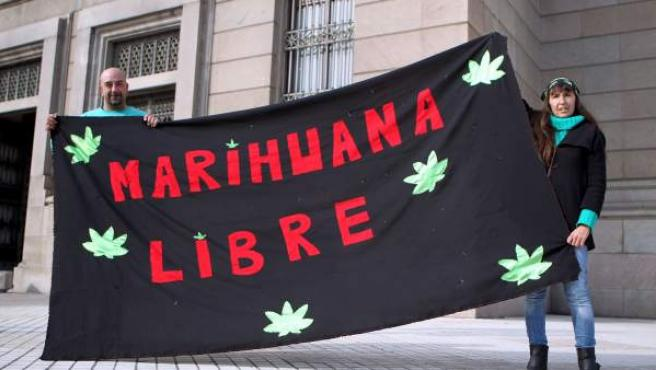 Dos personas se manifiestan a favor de la legalización de la marihuana el 31 de julio de 2013, en Montevideo (Uruguay).