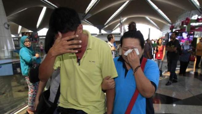 Algunos de los familiares de los pasajeros que viajaban en el vuelo de Malaysian Airlines muestran su angustia mientras esperan noticias en el Aeropuerto Internacional de Kuala Lumpur.