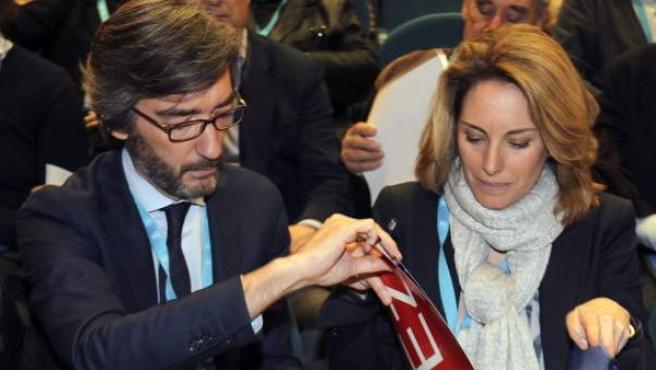 La presidenta del PP vasco, Arantza Quiroga (d), junto a Iñaki Oyarzabal en el Congreso Regional del PP vasco celebrado en el palacio de congresos Kursaal de San Sebastián.