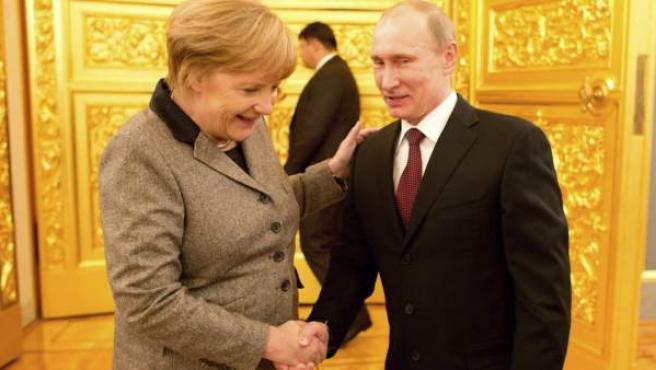 Angela Merkel y Vladimir Putin estrechan sus manos en un encuentro en Moscú.
