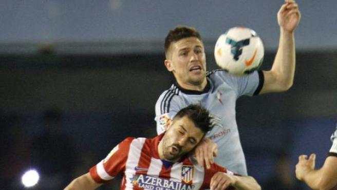 Villa, del Atleti, y Fontás, del Celta, pelean un balón en Balaídos.