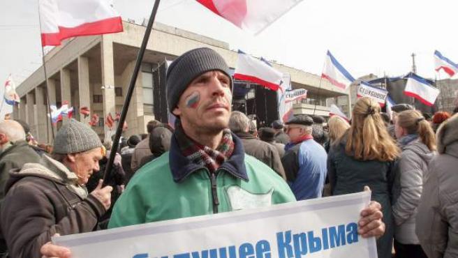 Un manifestante prorruso con un corazón pintado en su cara y los colores de la bandera rusa protesta en Sebastopol, Crimea.