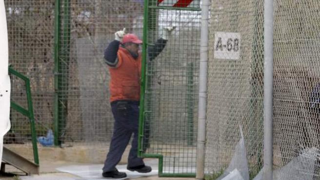 Un operario trabaja en la instalación de malla antitrepa para reforzar el perímetro fronterizo entre Melilla y Marruecos.