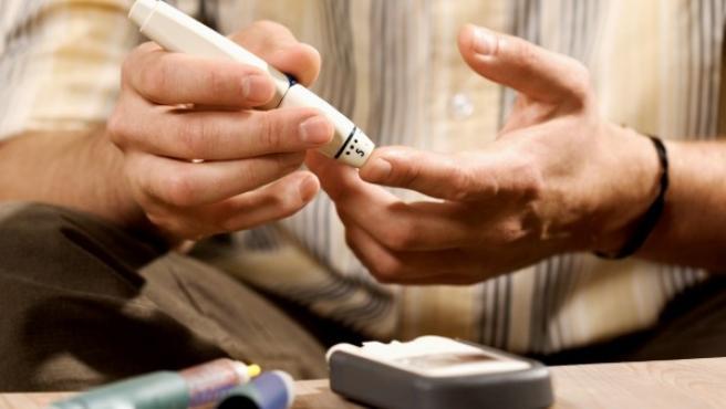 Un diabético se hace una prueba.