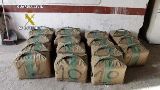 Fardos de hachís incautados en una operación contra el narcotráfico realizada por la Guardia Civil.