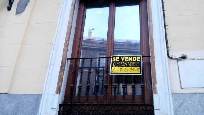El cartel de venta en la ventana de un piso de Madrid.