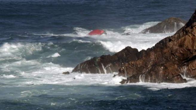 Proa del pesquero gallego con bandera portuguesa 'Santa Ana' que se ha hundido esta madrugada a media milla de Cabo Peñas, en Asturias.