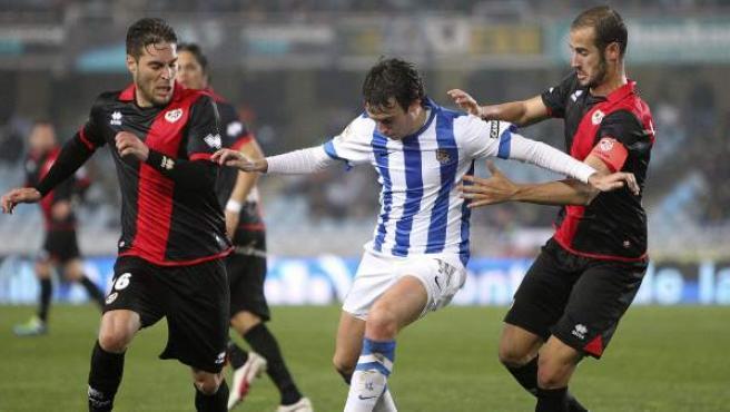 Rubén Pardo presionado por Rubén Rochina y Alejandro Gálvez en el Real Sociedad - Rayo Vallecano.