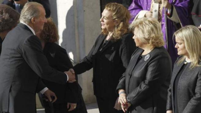 El rey Juan Carlos, saluda a la presidenta de la Asociación 11M Afectados del Terrorismo, Pilar Manjón (3d), en presencia de la presidenta de la Asociación de Víctimas del Terrorismo (AVT), Ángeles Pedraza (2d), y la presidenta de la Fundación de Víctimas del Terrorismo (FVT), María del Mar Blanco.