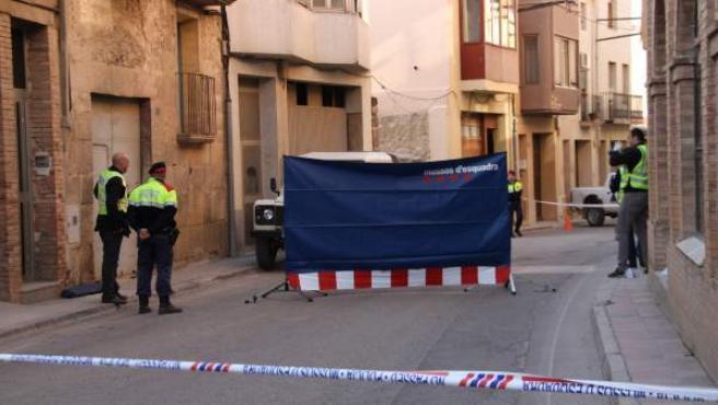 Los Mossos d'Esquadra han acordonado la calle Sant Miquel de Gandesa (Tarragona), donde un hombre ha muerto apuñalado.