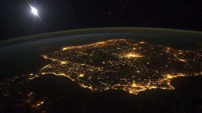 Fotografía facilitada por la Agencia Espacial Europa (ESA) tomada desde la Estación Espacial Internacional el pasado 6 de marzo, que retrata la península ibérica por la noche.