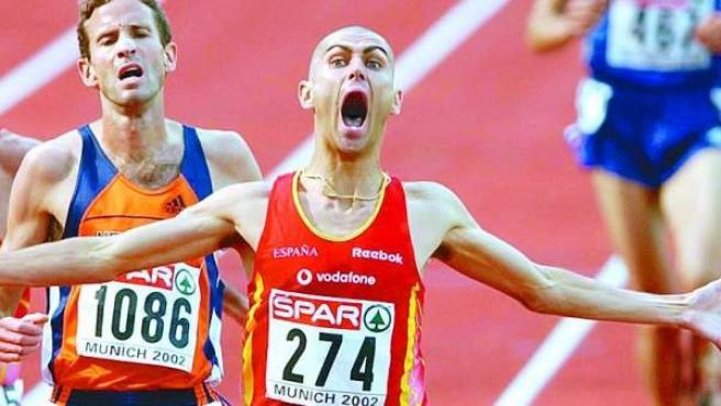 El atleta sevillano Antonio Jiménez Pentinel, Penti, celebra su victoria en los 3.000 metros obstáculos de los Europeos de Atletismo de 2002, en Múnich.