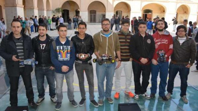 Foto de grupo de todos los participantes y sus prototipos