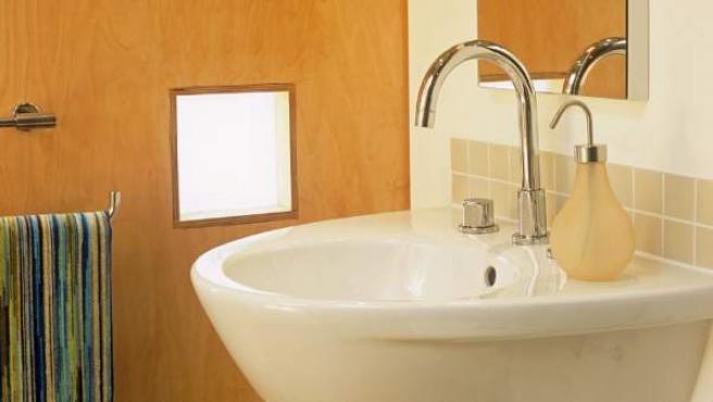 Para ganar espacio debemos hacer el baño lo más sencillo posible.