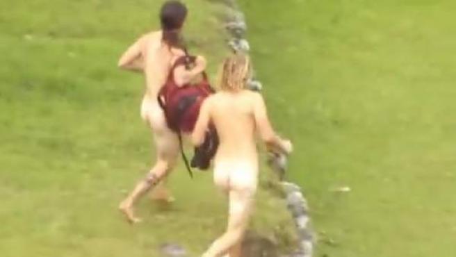 Captura de pantalla de unos turistas corriendo desnudos por Machu Picchu.