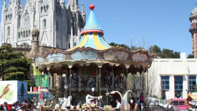 El Parc d'Atraccions del Tibidabo ple de visitants durant una jornada de l'any passat.