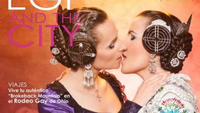 Dos falleras besándose en la portada de la revista EGF and the city.