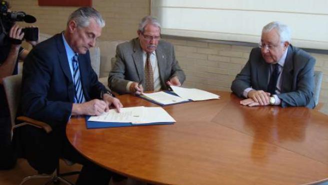Suárez y Pérez en la firma del convenio, junto a José Ángel Biel