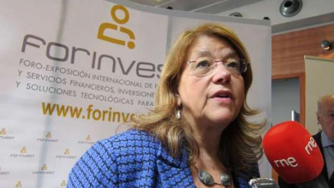 Elvira Rodríguez atendiendo a los medios