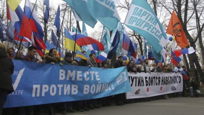 """Decenas de miles de personas en el centro de Moscú en una marcha por la paz en protesta por la """"agresión rusa contra Ucrania"""", autorizada por el Ayuntamiento moscovita, con gritos y consignas contra el presidente de Rusia, Vladimir Putin."""