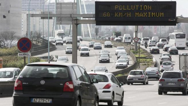 Imagen de tráfico en París con una alerta por la contaminación del aire.