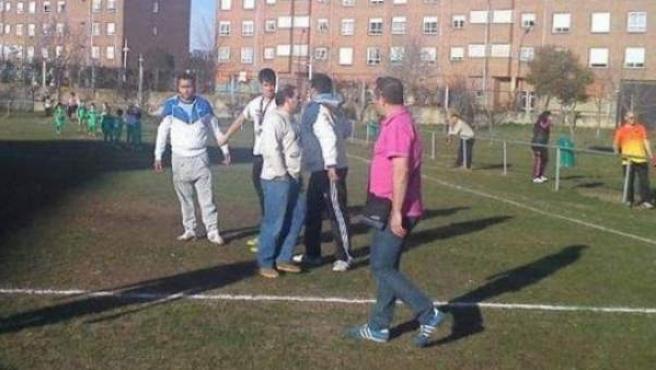 Imagen recogida por una aficionada de instantes después a la agresión a un árbitro de 16 años en un partido de prebenjamines en la provincia de León.