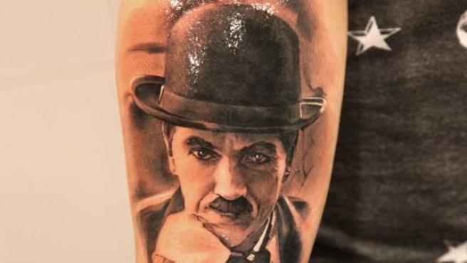 Tatuaje de Charles Chaplin realizado por Miguel Angel Bohigues, de V-Tattoo.