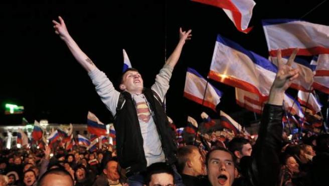 Simpatizantes prorrusos celebran en la plaza Lenin de Simferopol, capital de Crimea, el resultado del referéndum de adhesión a Rusia.