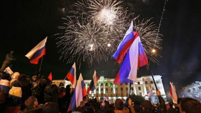 Fuegos artificiales sobre la plaza de Lenin de Simferopol, en Crimea, después del referéndum sobre la anexión a Rusia.