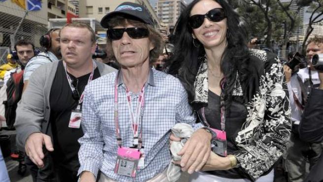 Imagen de archivo de la diseñadora L'Wren Scott junto al cantante Mick Jagger.