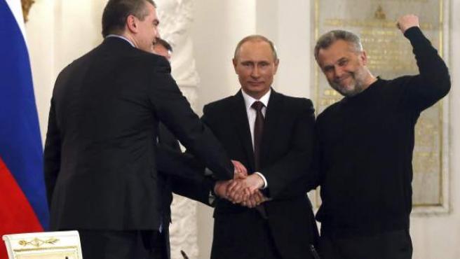 Putin (2ºdcha), estrecha la mano de líderes crimeos (de izda a dcha) el nuevo primer ministro de Crimea, Serguéi Aksiónov; el jefe del Parlamento crimeo, Vladímir Konstantínov; y el jefe de la administración de Sevastopol, Alexei Chaliy en el Palacio del Kremlin en Moscú (Rusia).