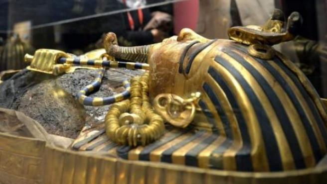 Dos visitantes observan el sarcófago de Tutankamon en una exposición en Ginebra, Suiza.