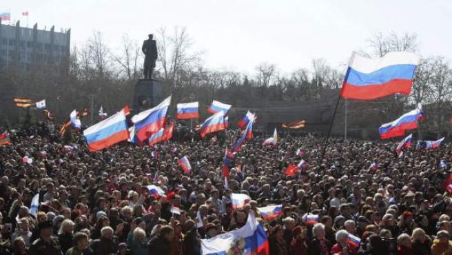Una multitud reacciona al escuchar las palabras del presidente ruso, Vladimir Putin, durante sus declaraciones en la firma del tratado de la anexión de la autoproclamada República de Crimea.