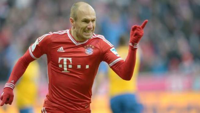 El extremo holandés del Bayern de Múnich Arjen Robben celebra un gol ante el Eintracht Braunschweig.