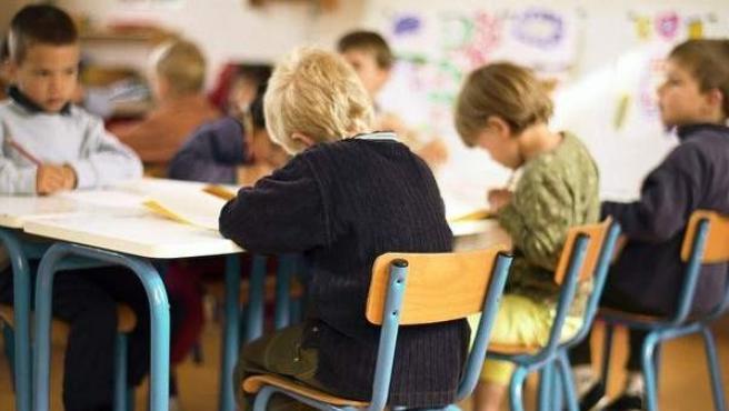 Niños pequeños en el colegio.