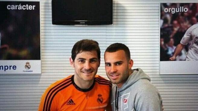 El capitán del Real Madrid, Iker Casillas, junto a su compañero Jesé Rodríguez, este miércoles en Valdebebas.