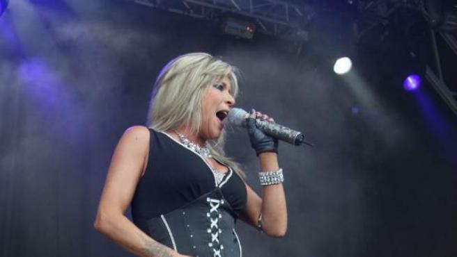 La cantante británica Samantha Fox durante una actuación en 2010.