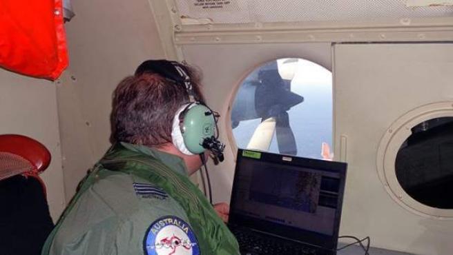Un integrante de la Real Fuerza Aérea Australiana participa en la búsqueda del avión de la aerolínea Malasia MH370.