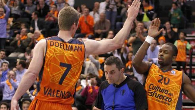 Justin Doellman y Oliver Lafayette en el partido entre Valencia Basket y Alba Berlín.