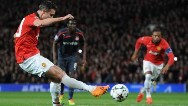 Robin Van Persie anota un penalti en el Manchester United - Olympiacos.