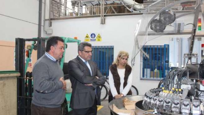 Limones observa una de las máquinas de Fabricaciones Mecánicas Guadaíra